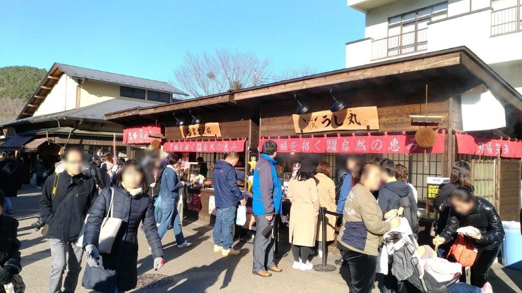 『うし丸』で食べる牛串とメンチコロッケ